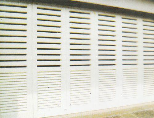 Pintu Garasi Kayu vs Pintu Garasi Baja